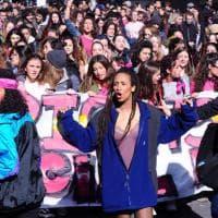 Milano, mimose tra i capelli e striscioni in mano: tante giovani donne al corteo per l'8 marzo