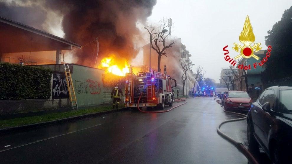 Maxi incendio in una cartiera a Cologno Monzese, l'intervento dei vigili