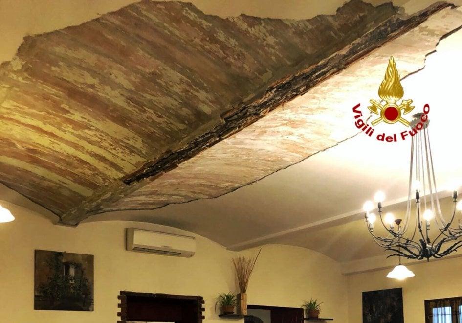Crolla il soffitto di una cascina mentre pranzano: cinque feriti lievi nel Milanese