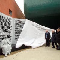 Milano, la maxi scultura 'Monumento all'Inferno' di Isgrò inaugurata alla Iulm