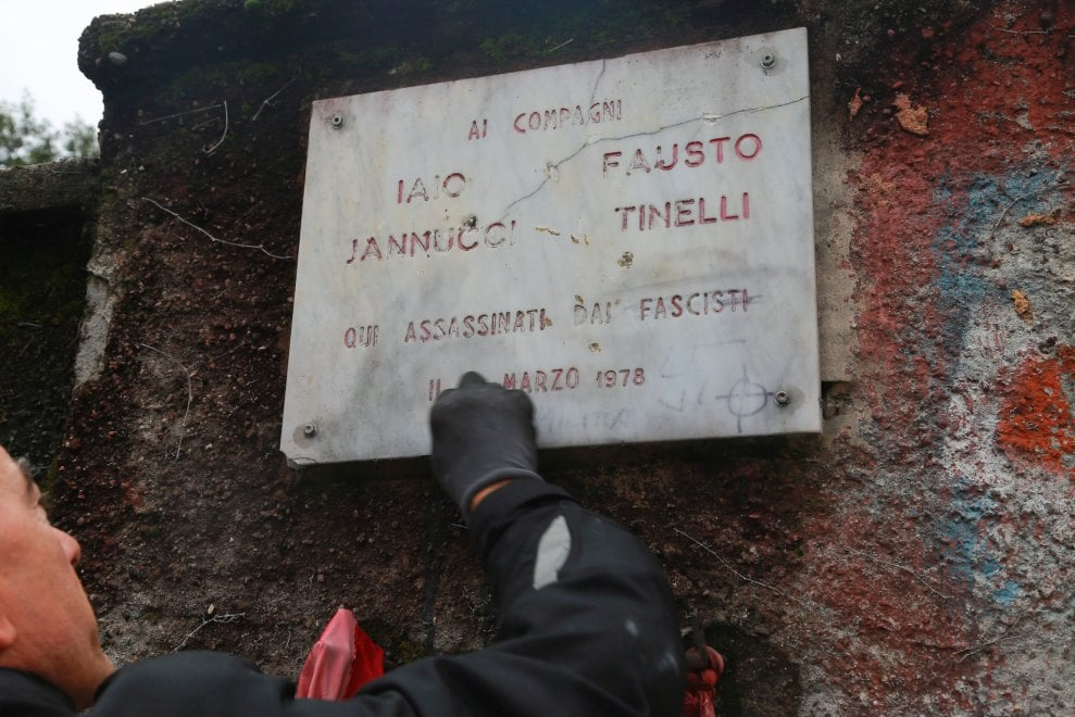 Milano, ripulita la targa dedicata a Fausto e Iaio imbrattata con svastica e insulti