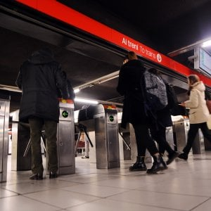 Milano, scavalca i tornelli del metrò e picchia il vigilante Atm: arrestato 25enne