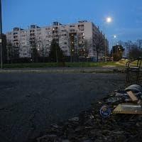 Diciannovenne stuprata da un uomo armato, pestato il fidanzato: a Milano è caccia all'uomo