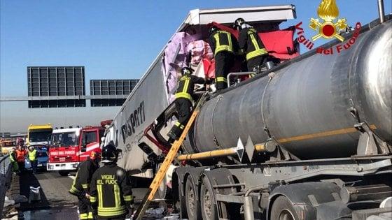 Autostrada A4, tamponamento: autocisterna perde acido solforico