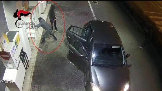 Milano, furti ai distributori di notte e nelle abitazioni: presa la banda