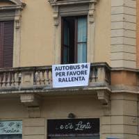 Milano, sui balconi di via Ausonio i cartelli di protesta contro il bus 94: