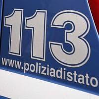 Milano, getta liquido corrosivo sulla giacca di una passante: ricercato, illesa la 72enne