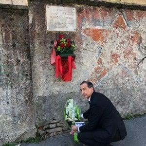 A 40 anni dall'uccisione di Fausto e Iaio: il sindaco di Milano depone i fiori davanti alla targa