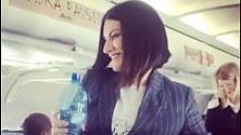 Laura Pausini hostess sul volo Milano-Roma per il lancio del nuovo disco