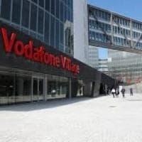 Milano, auto si schianta contro la sede della Vodafone: morta una donna