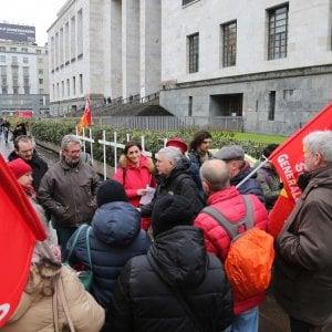 """Amianto alla Scala, protesta  davanti al Tribunale dei familiari delle vittime: """"Vogliamo giustizia"""""""