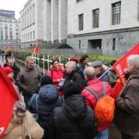 """Amianto alla Scala, protesta  davanti al Tribunale dei familiari delle vittime: """"Vogliamo..."""