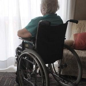 Botte e minacce all'anziana che deve accudire, arrestata badante nel Varesotto