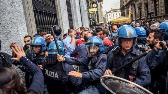 Scontri tra CasaPound e centri sociali davanti a Palazzo Marino: otto indagati di entrambe le parti