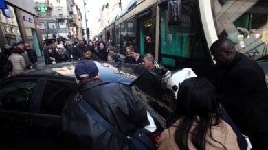Foto  Parcheggio selvaggio in via Torino, auto blocca i tram: la folla la sposta a forza
