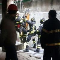Milano, infortunio sul lavoro a Porta Nuova: cede grata e operaio precipita per tre metri, codice giallo a Niguarda
