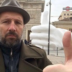 """Risolto il mistero del """"like""""  gigante in porta Garibaldi: ecco chi è stato e perché"""