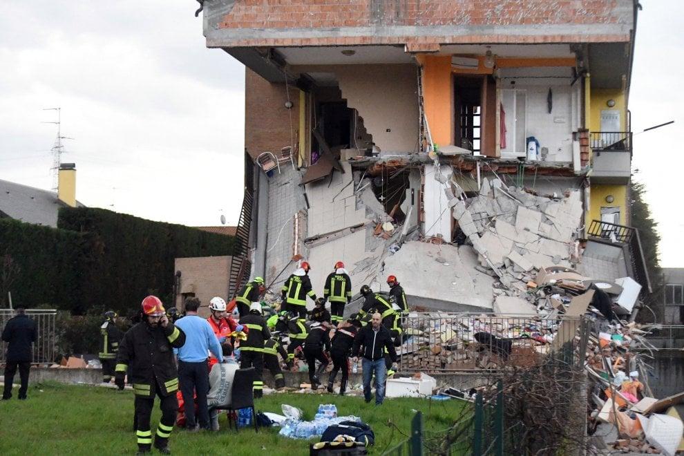 Crolla una palazzina di due piani a Rescaldina: le immagini dei soccorsi