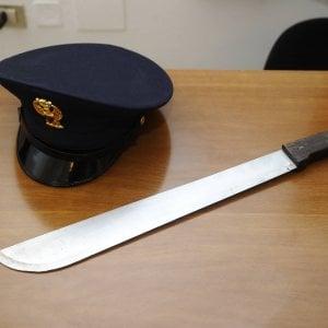 Busto Arsizio, in strada con un machete minaccia i passanti: arrestato