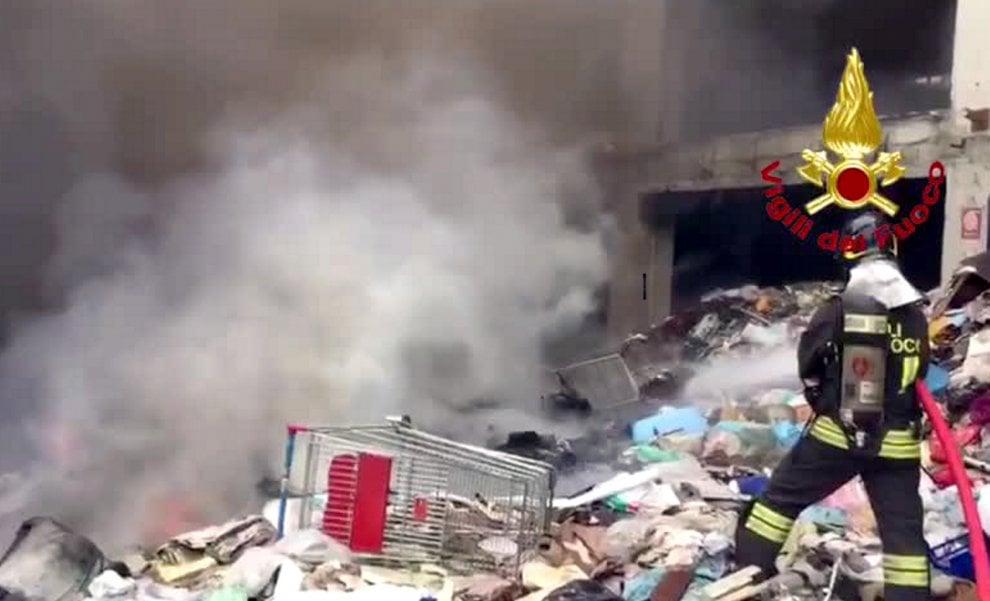Milano, incendio nella discarica abusiva vicina al Sacco: l'intervento dei pompieri