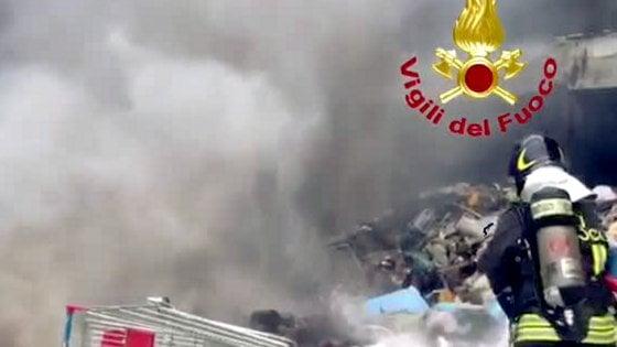Milano, incendio nella discarica abusiva vicina all'ospedale Sacco: in fiamme rifiuti in un capannone abbandonato
