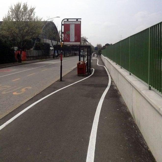 """Brescia: c'è la fermata del bus, la pista ciclabile diventa """"creativa"""""""