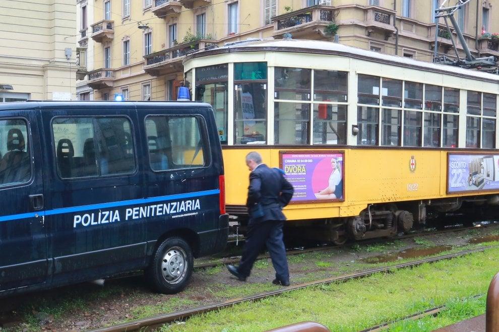 Milano, il furgone della polizia penitenziaria si incastra fra i binari e blocca la circolazione dei tram