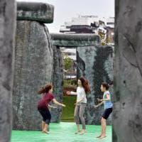 I bambini di Milano impazziti per Stonehenge: salti e capriole sull'opera d'arte gonfiabile