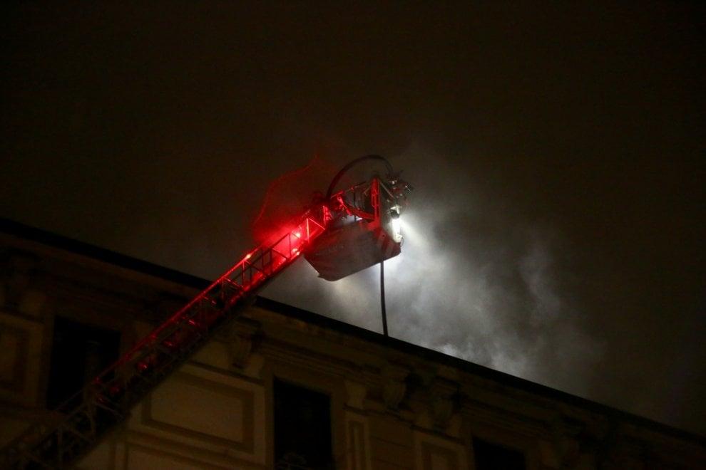 Milano, rogo nella mansarda al sesto piano: gli inquilini del palazzo per strada nella notte