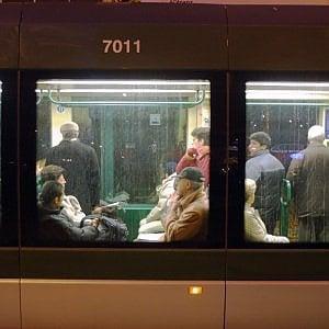 Milano: paura sul tram, uomo armato di pistola scacciacani minaccia i passeggeri
