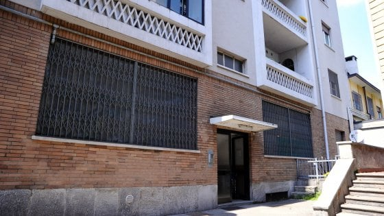 Entra e spara a due uomini in un appartamento a Milano: uno è grave