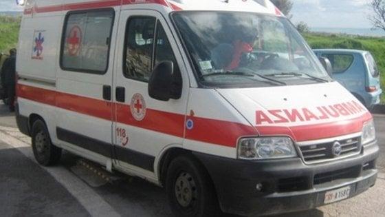 Perde il controllo e distrugge 9 auto a Milano, poi abbandona l'amico in coma