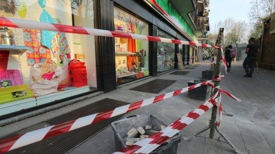 Mattonelle cadono dal balcone, ferite lievemente due donne e due bambine a Milano