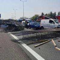 Incidente stradale, tir perde il carico e invade la corsia opposta in tangenziale Ovest