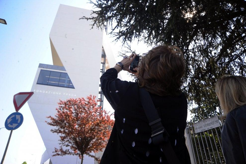 Milano, tutti in coda per visitare la torre di Koolhaas alla Fondazione Prada