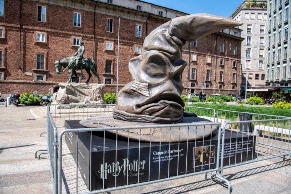 La scopa Nimbus 2000 e il cappello parlante: a Milano le maxi sculture per la mostra di Harry Potter