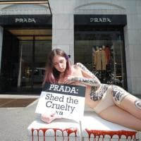 Milano, un serpente disegnato sulla pelle: la protesta della Peta contro Prada