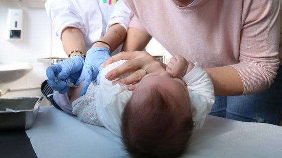 """Vaccini, """"varicella party a Milano"""": bufera sul post della mamma no vax. L'assessore: """"Irresponsabile"""""""