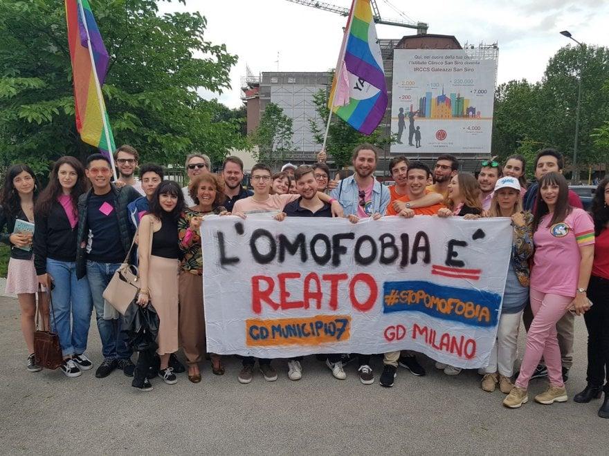 Attivista dell'Arcigay aggredito a Milano, presidio in rosa contro l'omofobia