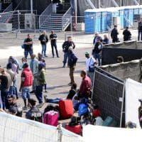 Milano, sgombero nell'ex scalo ferroviario di Porta Romana: i controlli della polizia