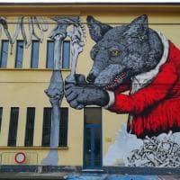 """Cremona, la street art incontra la paleontologia:  il """"lupo di Darwin"""" sulla facciata del..."""