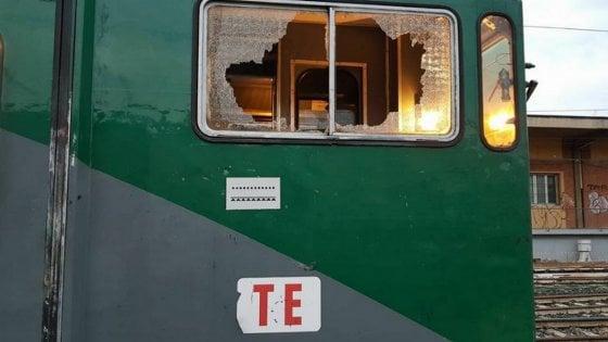 Paura su mezzi Trenord: schiaffi alla capotreno e sassi contro il convoglio