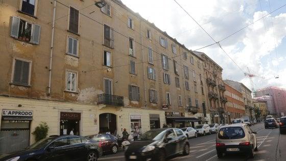 Fa irruzione in un palazzo di viale Bligny a Milano, accoltella un 37enne e ferisce l'ex portinaia: arrestato dopo un inseguimento