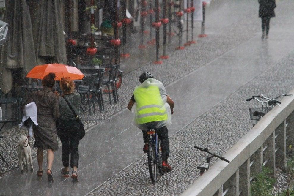 Meteo, la primavera non decolla: temporali a Milano e calo delle temperature