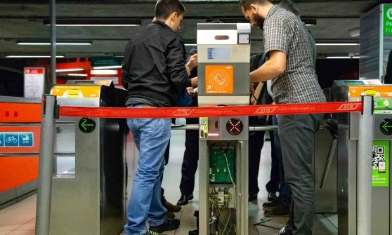 Milano, in metrò senza biglietto: da giugno basta la carta di credito per aprire i tornelli
