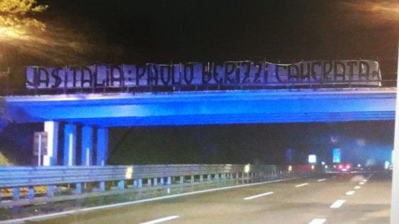 """Ultradestra, nuova provocazione contro il giornalista di Repubblica Berizzi: sullo striscione la scritta """"camerata"""""""