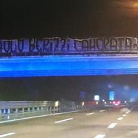 Ultradestra, nuova provocazione contro il giornalista di Repubblica Berizzi: sullo striscione la scritta