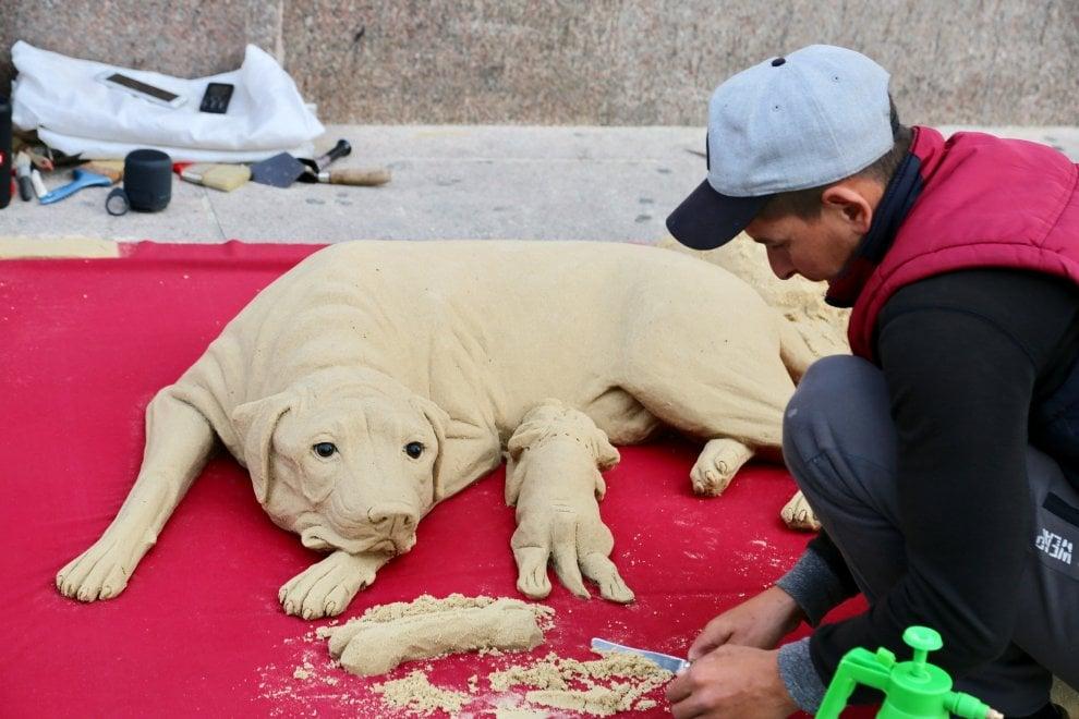 Milano come Rimini: un cane di sabbia scolpito davanti al Duomo