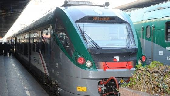 Pavia, capotreno spintonato su un convoglio Trenord: il treno si ferma per un'ora