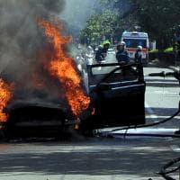Milano, Mercedes prende fuoco in mezzo alla strada: paura in viale Misurata
